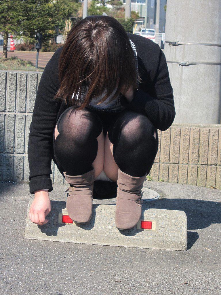 【街撮りパンチラエロ画像】街中で見かけたパンチラ画像集めたったwww 03