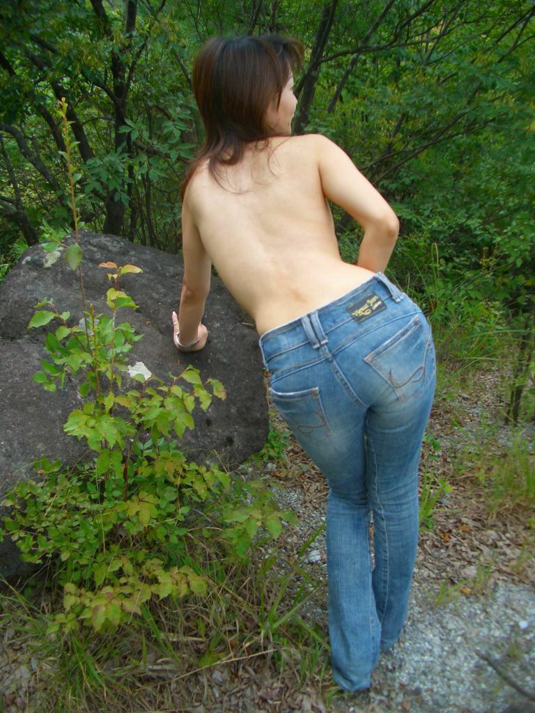 【野外露出エロ画像】最近の素人娘の露出プレイで過激すぎて引くよな? 15