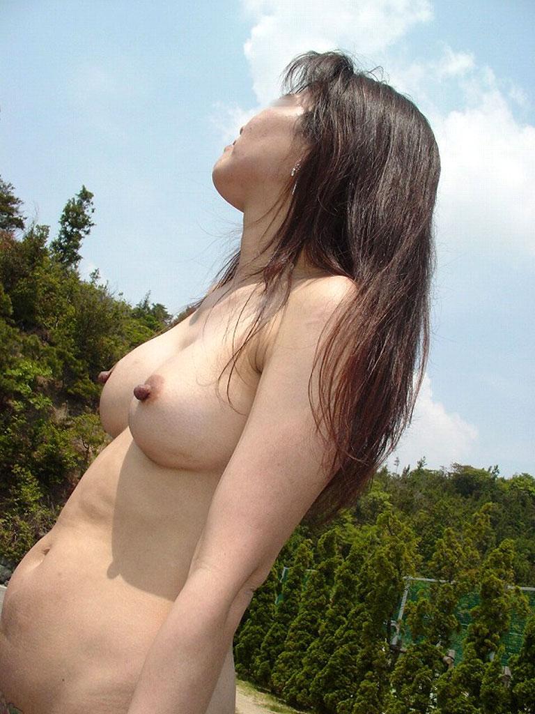 【野外露出エロ画像】最近の素人娘の露出プレイで過激すぎて引くよな? 20