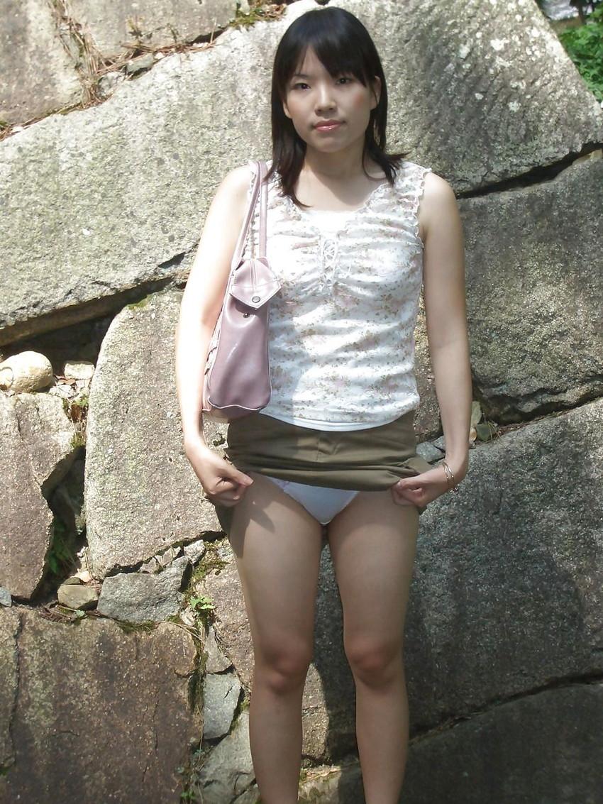 【野外露出エロ画像】最近の素人娘の露出プレイで過激すぎて引くよな? 24