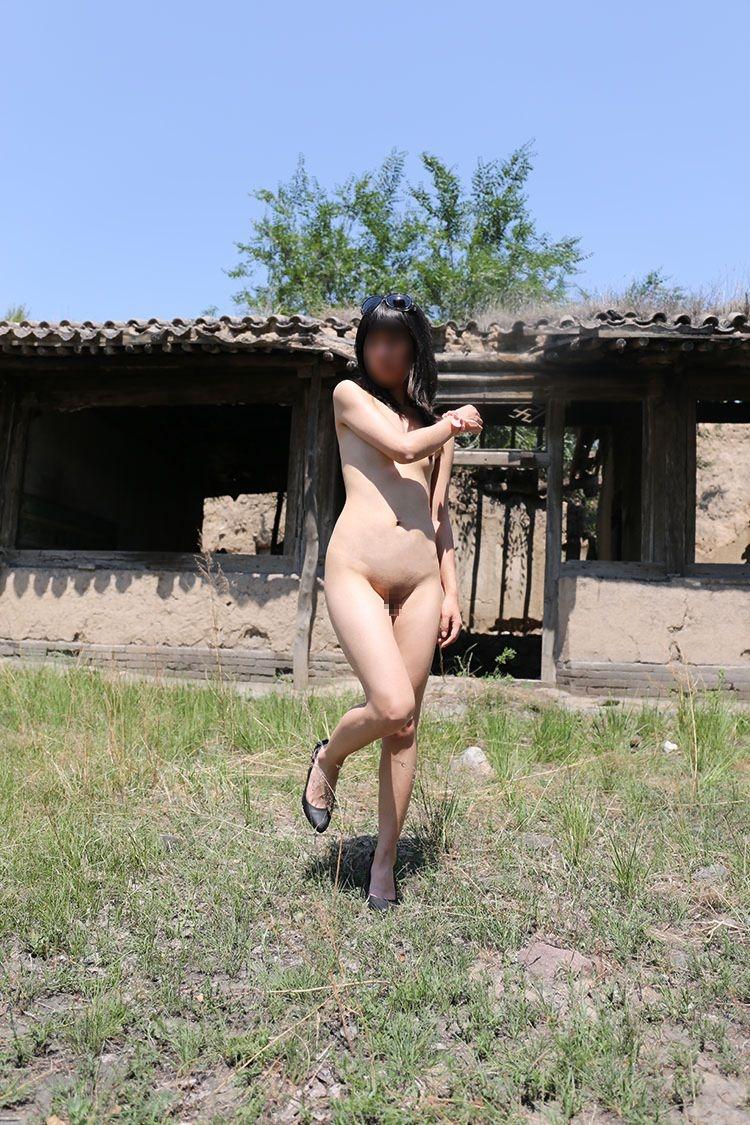 【野外露出エロ画像】最近の素人娘の露出プレイで過激すぎて引くよな? 25