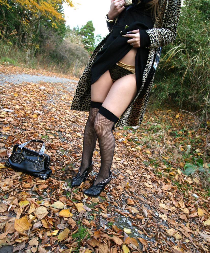 【野外露出エロ画像】最近の素人娘の露出プレイで過激すぎて引くよな? 36