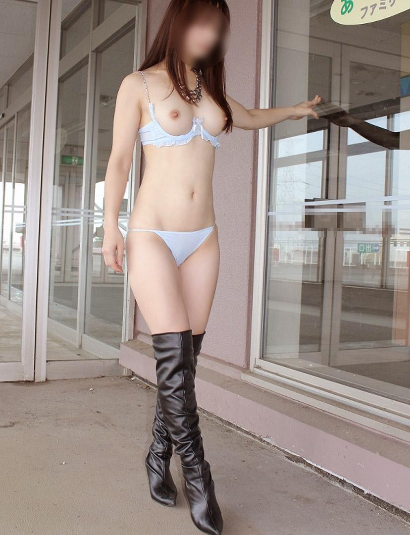 【野外露出エロ画像】最近の素人娘の露出プレイで過激すぎて引くよな? 41