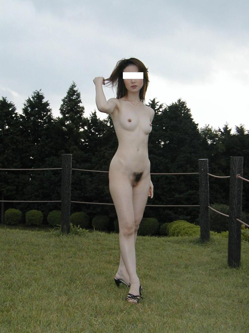【野外露出エロ画像】最近の素人娘の露出プレイで過激すぎて引くよな? 52