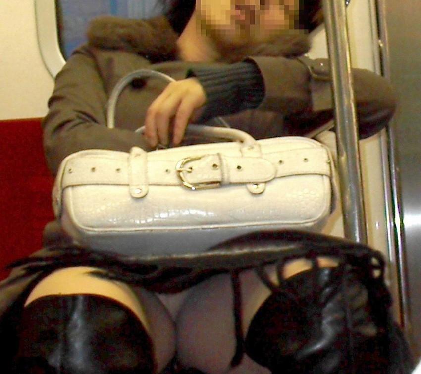 【電車内盗撮エロ画像】素人娘のパンチラや胸チラを電車内で狙ってみた結果 03