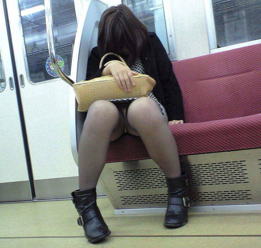 【電車内盗撮エロ画像】素人娘のパンチラや胸チラを電車内で狙ってみた結果 11