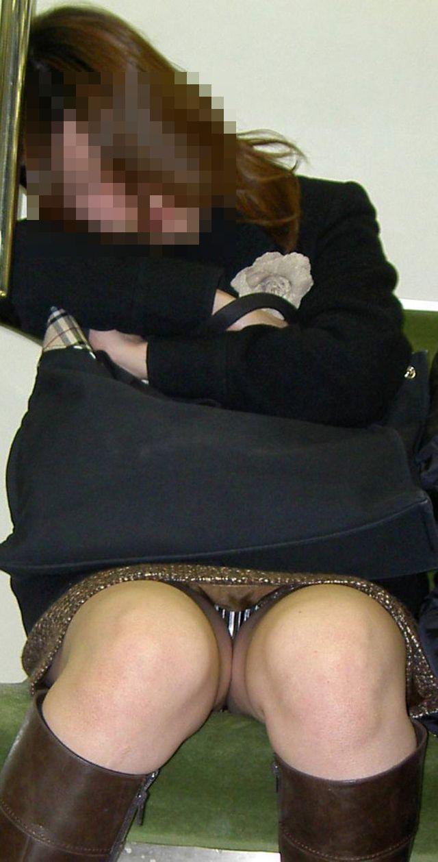 【電車内盗撮エロ画像】素人娘のパンチラや胸チラを電車内で狙ってみた結果 18