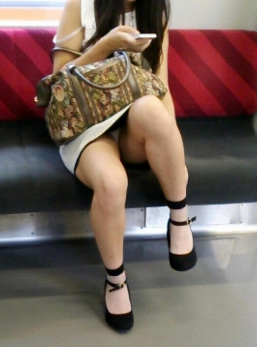 【電車内盗撮エロ画像】素人娘のパンチラや胸チラを電車内で狙ってみた結果 23