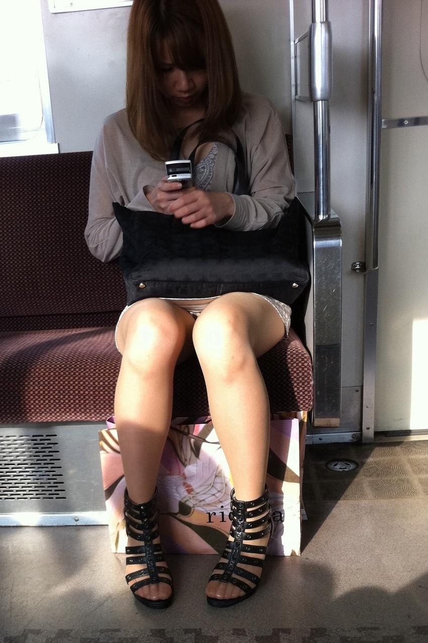 【電車内盗撮エロ画像】素人娘のパンチラや胸チラを電車内で狙ってみた結果 24