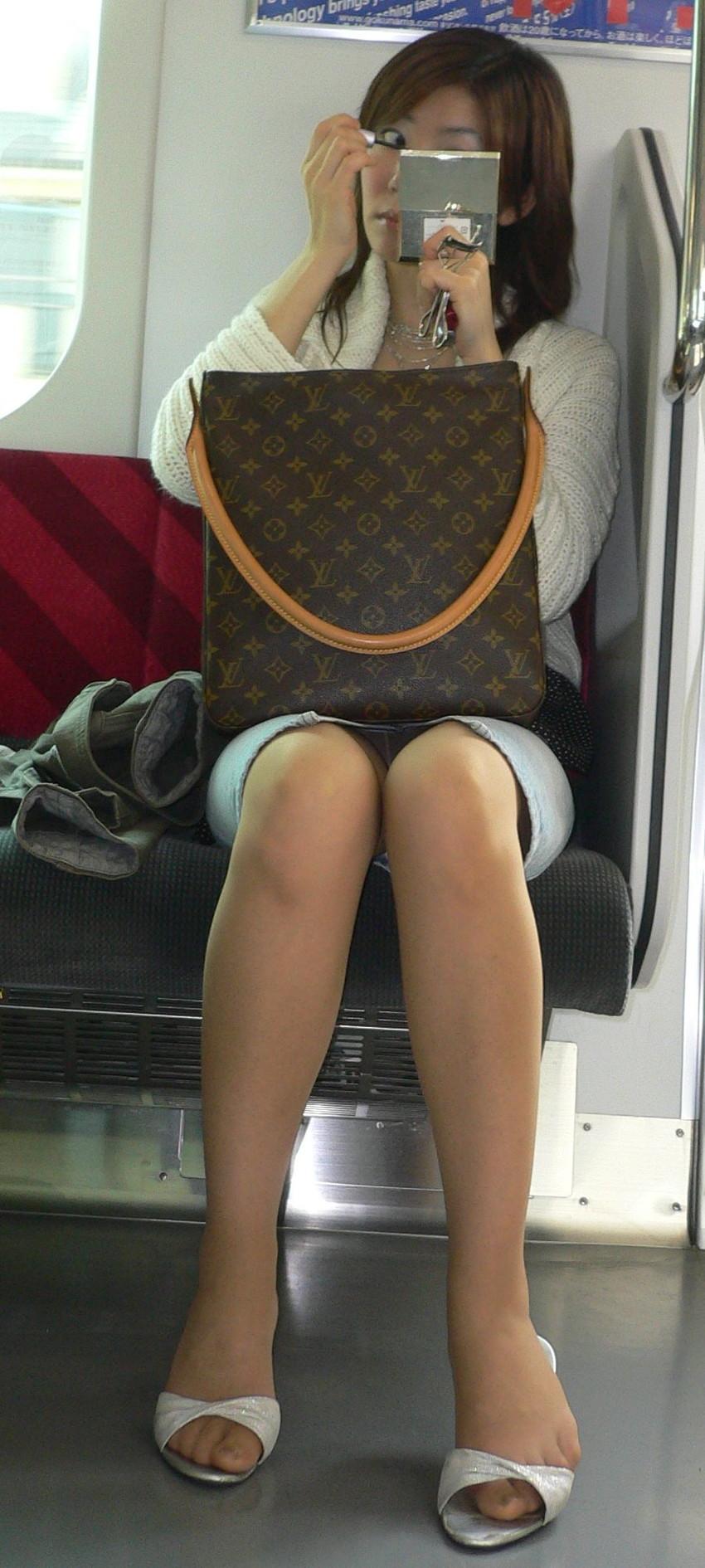【電車内盗撮エロ画像】素人娘のパンチラや胸チラを電車内で狙ってみた結果 26