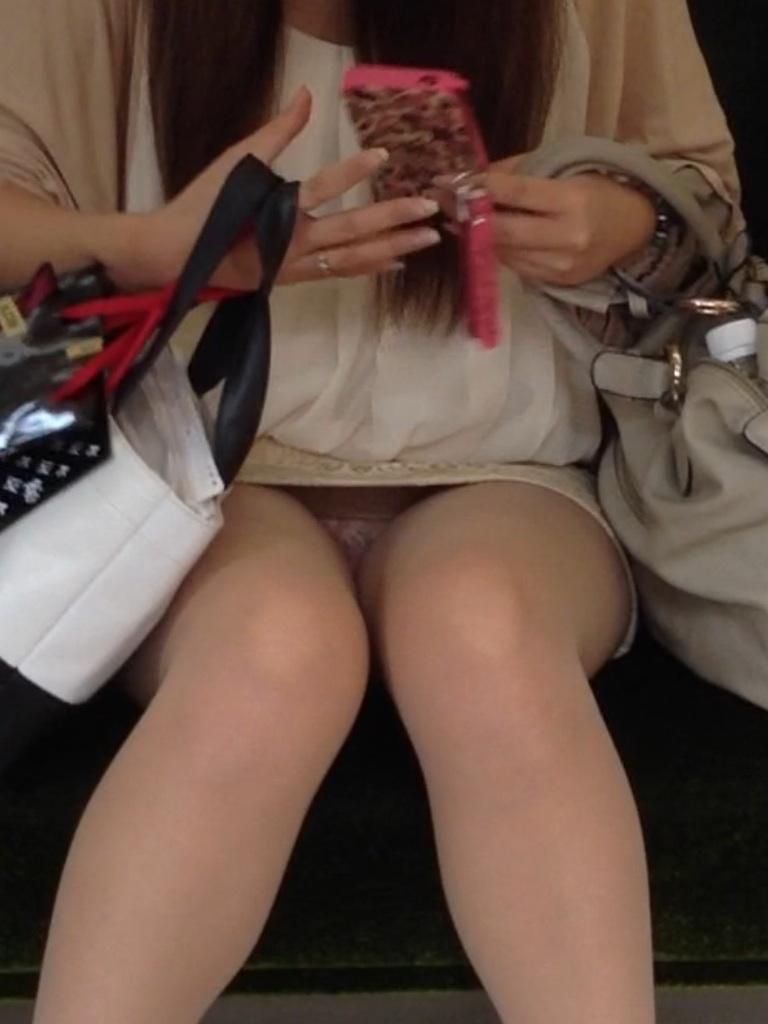 【電車内盗撮エロ画像】素人娘のパンチラや胸チラを電車内で狙ってみた結果 31