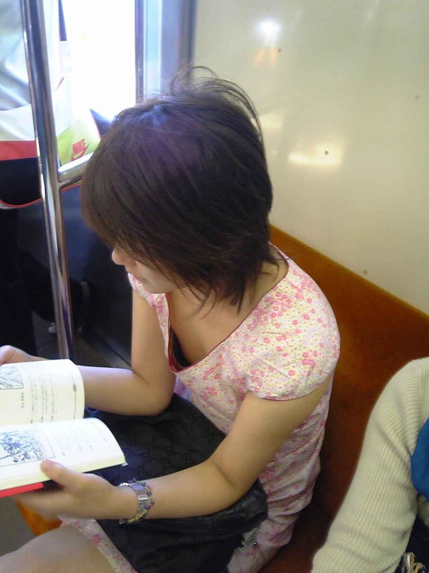 【電車内盗撮エロ画像】素人娘のパンチラや胸チラを電車内で狙ってみた結果 39