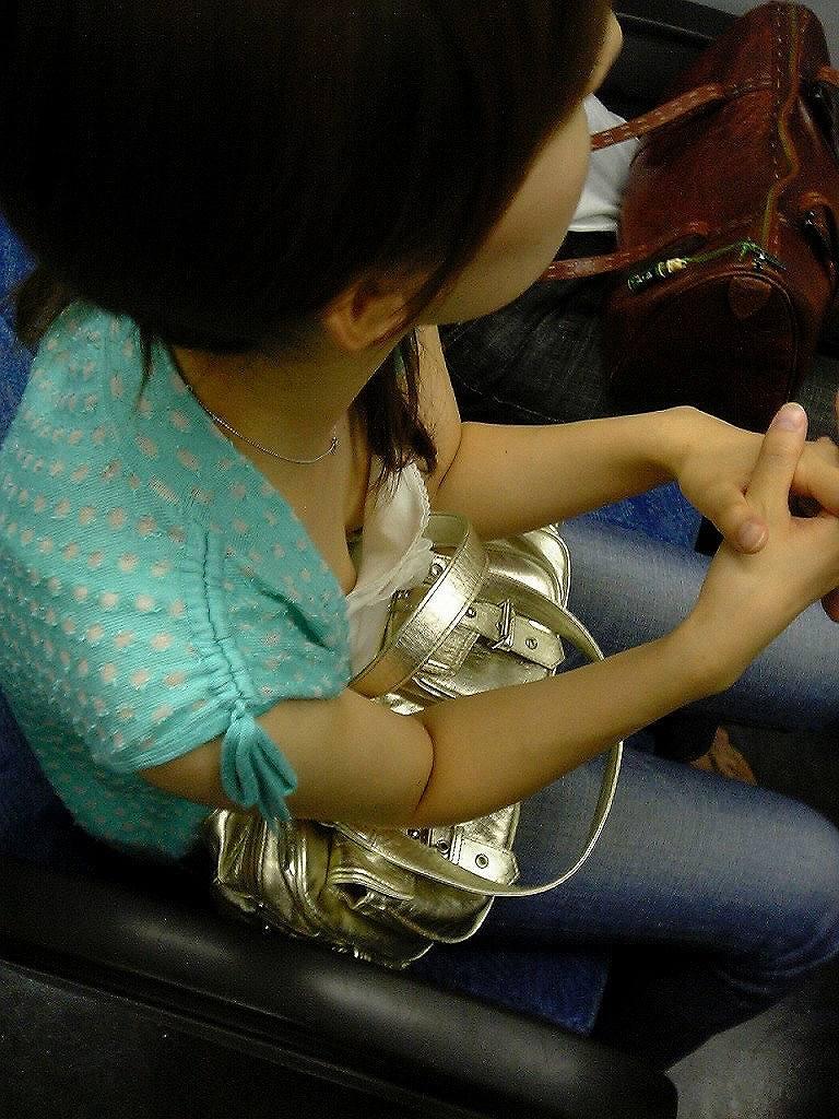 【電車内盗撮エロ画像】素人娘のパンチラや胸チラを電車内で狙ってみた結果 40