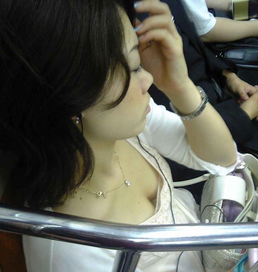 【電車内盗撮エロ画像】素人娘のパンチラや胸チラを電車内で狙ってみた結果 41
