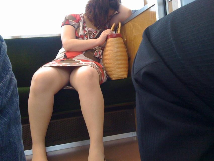 【電車内盗撮エロ画像】素人娘のパンチラや胸チラを電車内で狙ってみた結果 45
