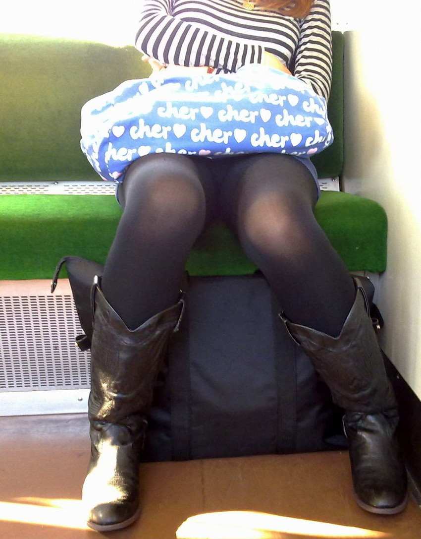 【電車内盗撮エロ画像】素人娘のパンチラや胸チラを電車内で狙ってみた結果 46