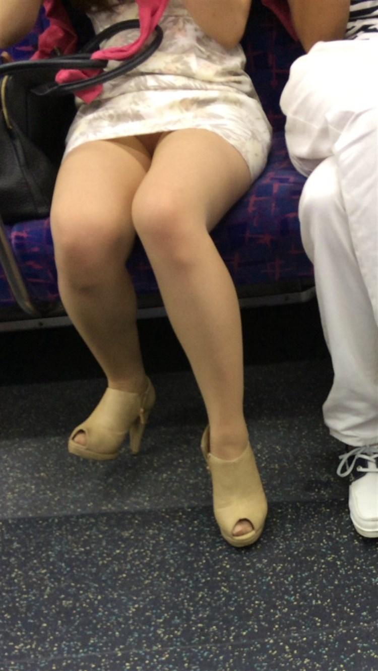 【電車内盗撮エロ画像】素人娘のパンチラや胸チラを電車内で狙ってみた結果 52