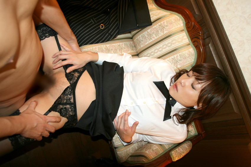 【着衣セックスエロ画像】最低限の脱衣でセックスしまくる欲求不満カップル! 27