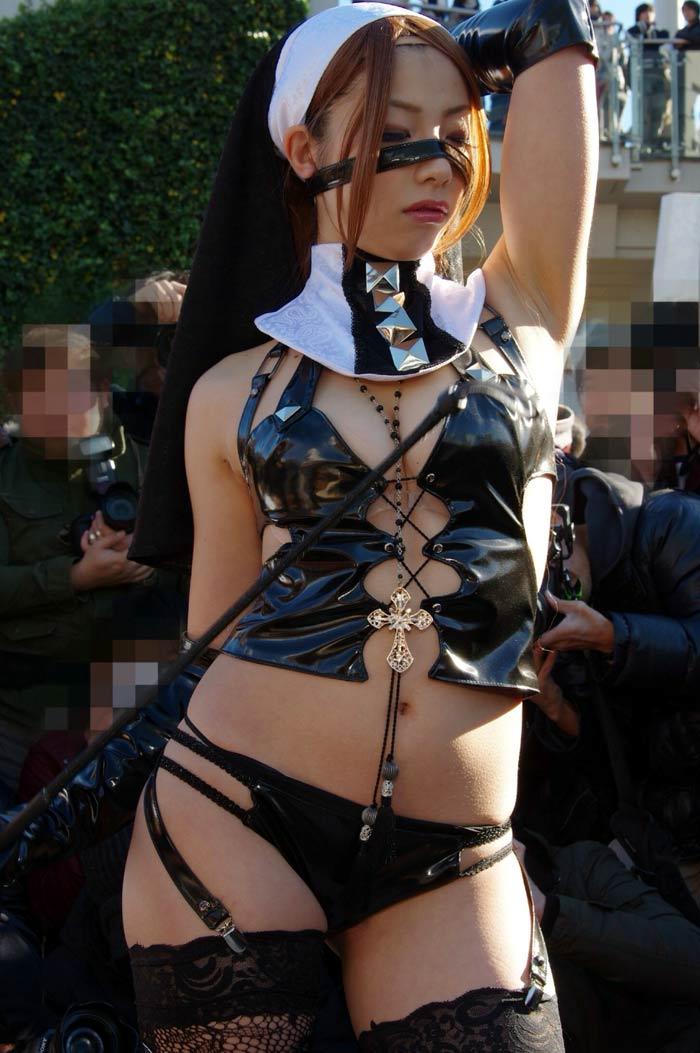 【コミケエロ画像】イベント会場で過激衣装で観衆を魅了するコスプレイヤー! 02
