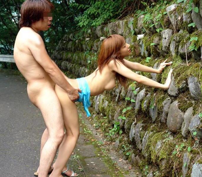 【青姦エロ画像】野外で開放的なセックスするカップルって羞恥心無いの? 02
