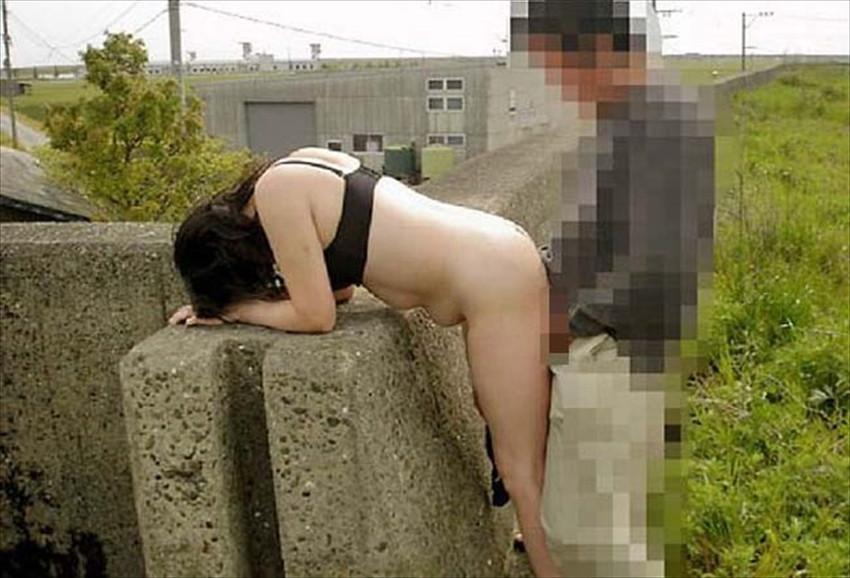 【青姦エロ画像】野外で開放的なセックスするカップルって羞恥心無いの? 03