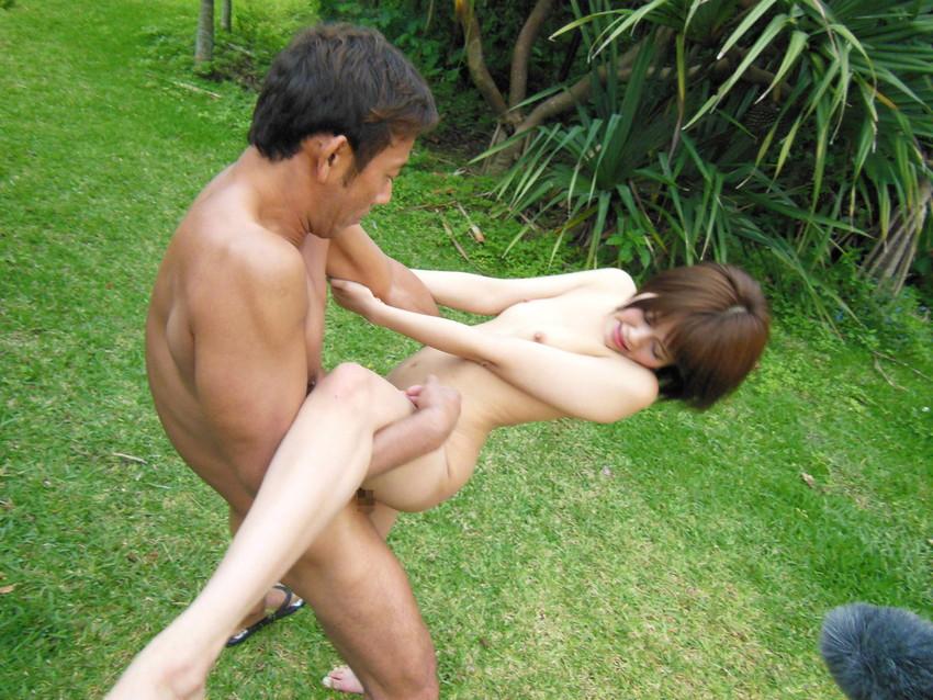 【青姦エロ画像】野外で開放的なセックスするカップルって羞恥心無いの? 21