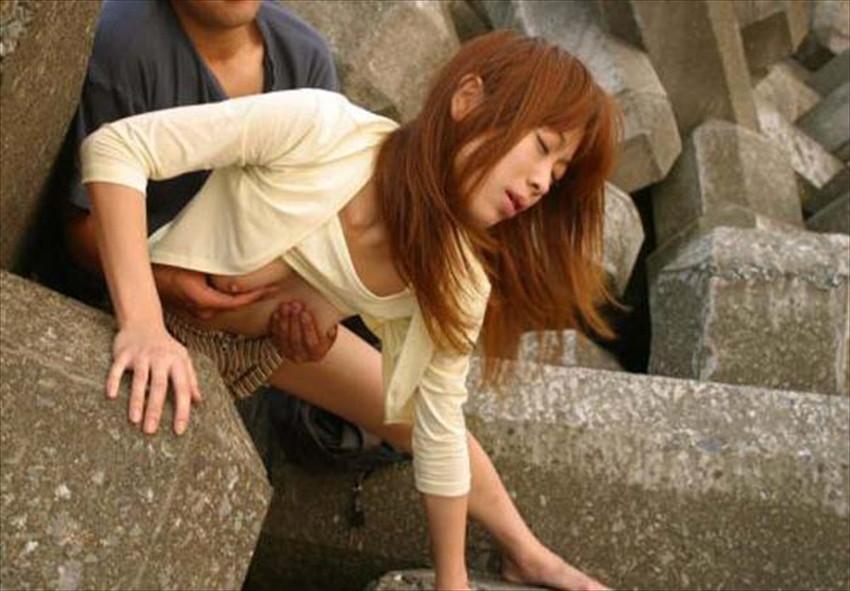 【青姦エロ画像】野外で開放的なセックスするカップルって羞恥心無いの? 42