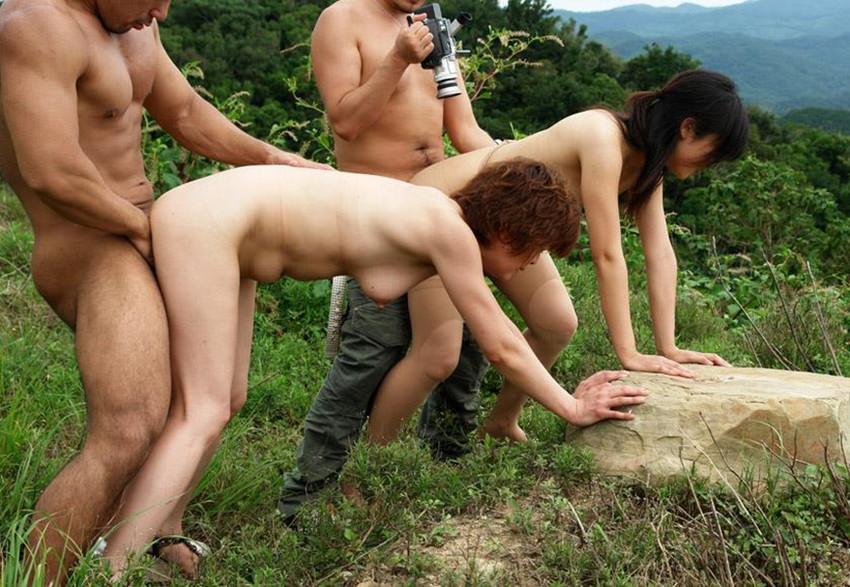 【青姦エロ画像】野外で開放的なセックスするカップルって羞恥心無いの? 48