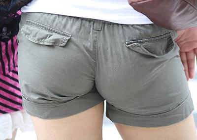 【ホットパンツエロ画像】街中で見かけたホットパンツの女の子を追跡したったww
