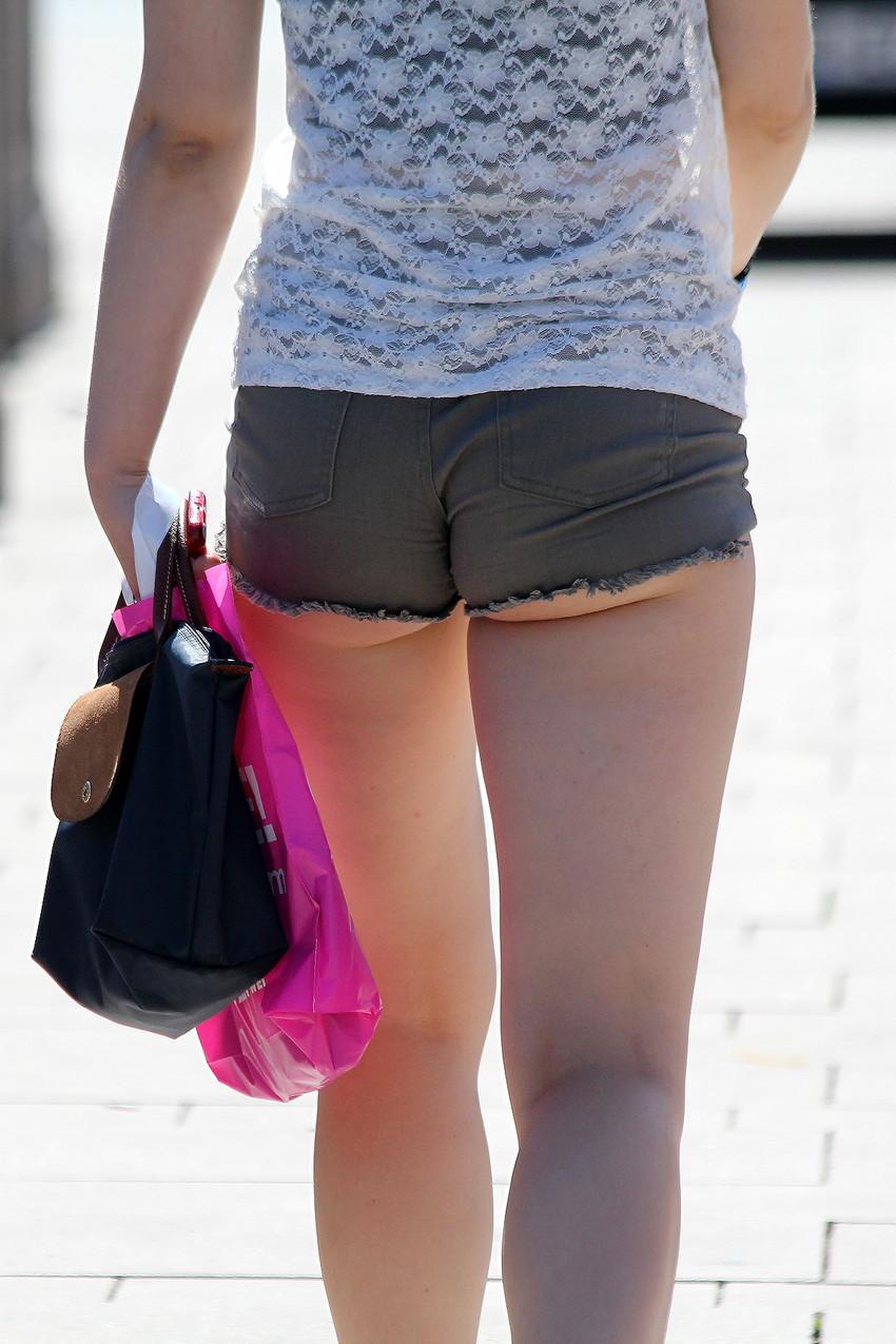 【ホットパンツエロ画像】街中で見かけたホットパンツの女の子を追跡したったww 17