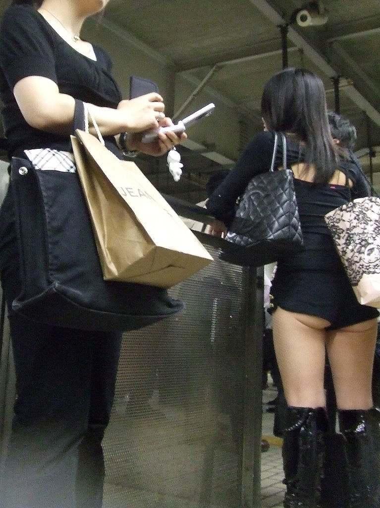 【ホットパンツエロ画像】街中で見かけたホットパンツの女の子を追跡したったww 22
