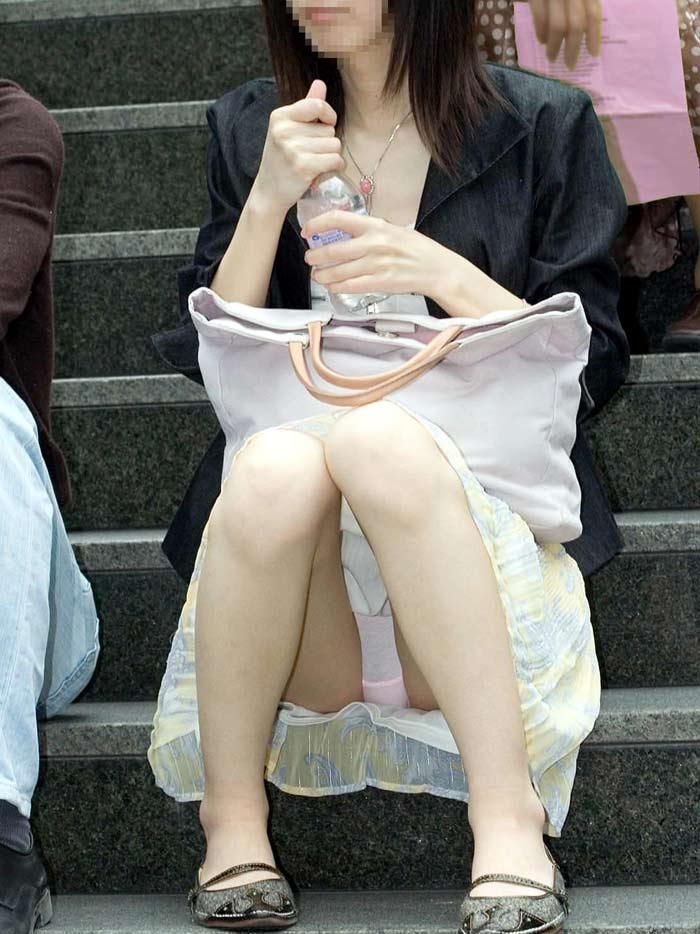 【街撮りパンチラエロ画像】偶然見つけた街中の女の子たちのパンチラがエロい! 02