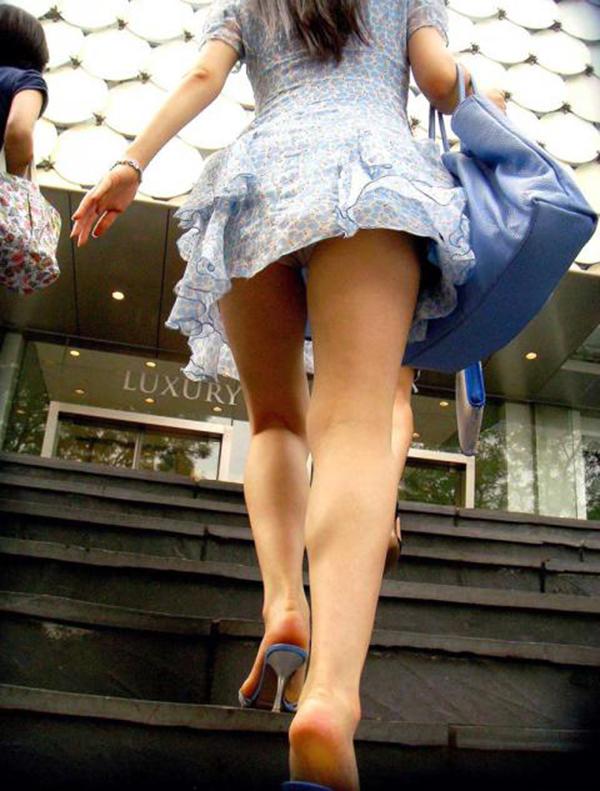 【街撮りパンチラエロ画像】偶然見つけた街中の女の子たちのパンチラがエロい! 03