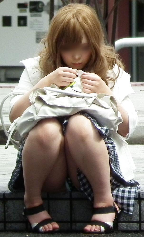 【街撮りパンチラエロ画像】偶然見つけた街中の女の子たちのパンチラがエロい! 17