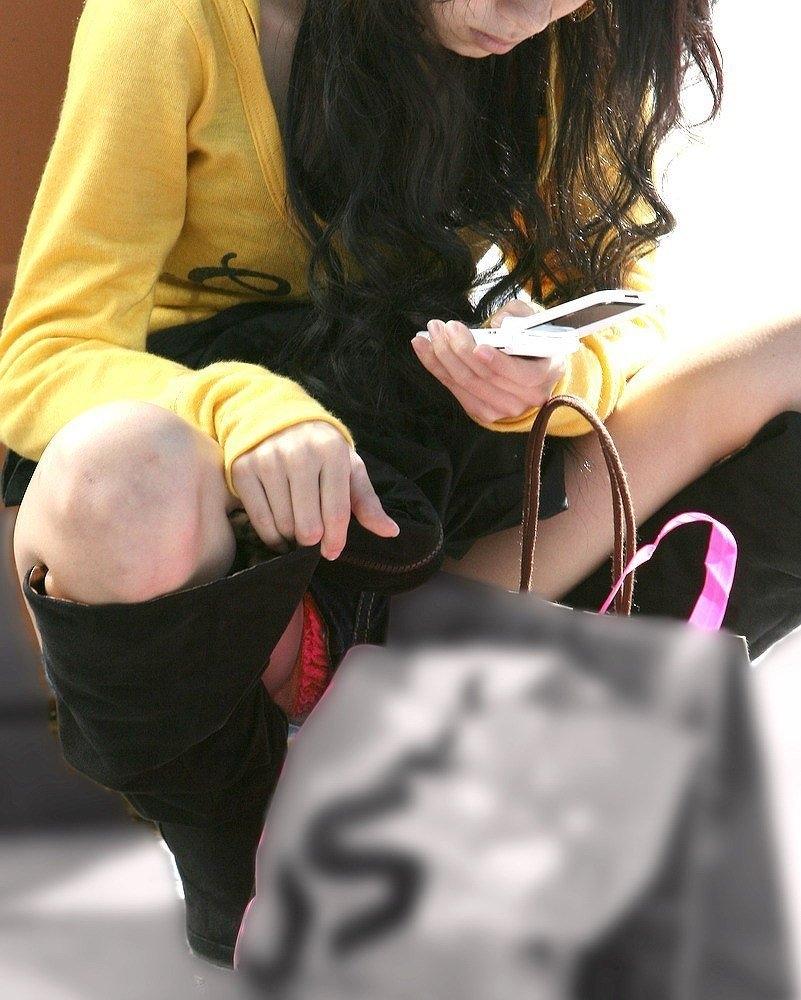 【街撮りパンチラエロ画像】偶然見つけた街中の女の子たちのパンチラがエロい! 28