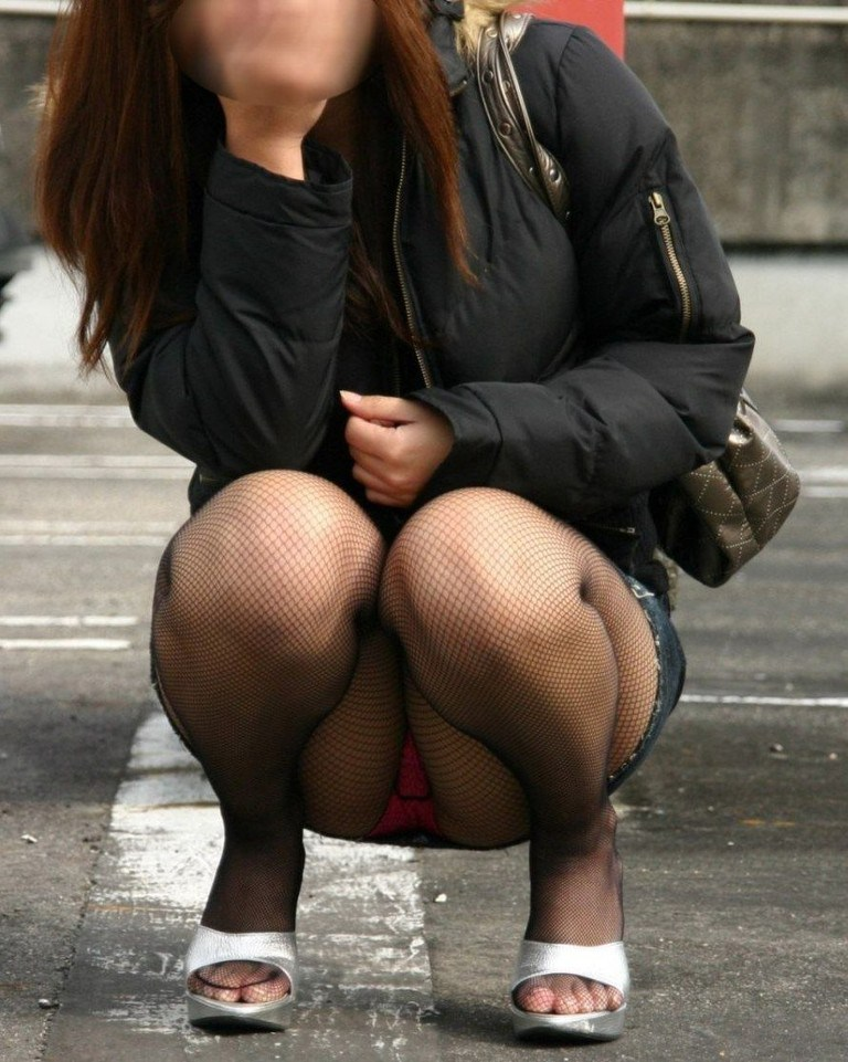 【街撮りパンチラエロ画像】偶然見つけた街中の女の子たちのパンチラがエロい! 31