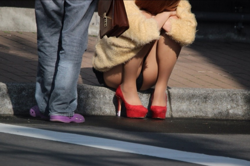 【街撮りパンチラエロ画像】偶然見つけた街中の女の子たちのパンチラがエロい! 32