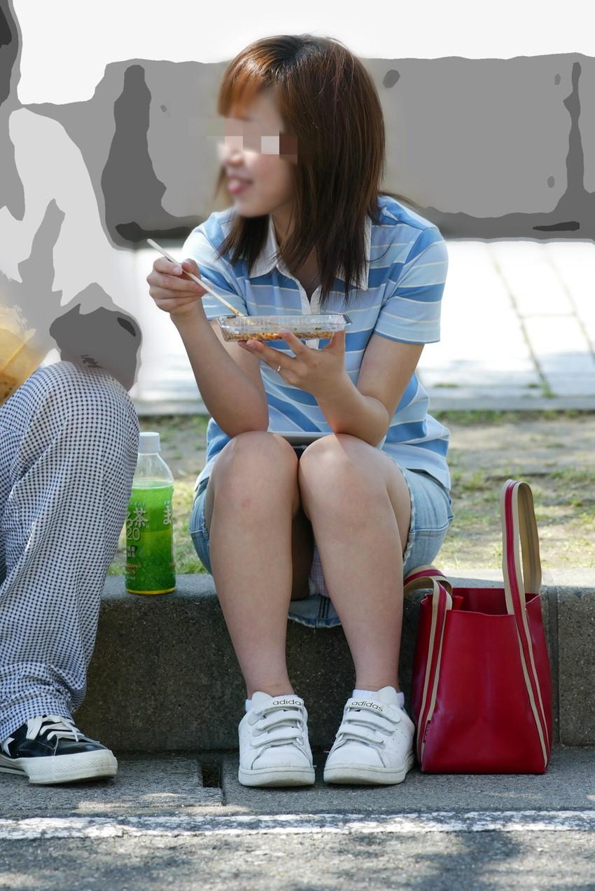 【街撮りパンチラエロ画像】偶然見つけた街中の女の子たちのパンチラがエロい! 35