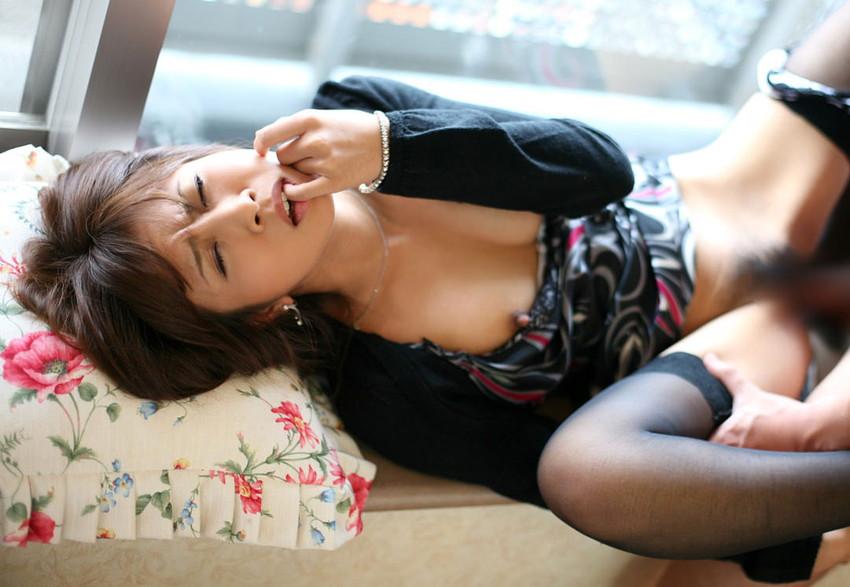 【着衣セックスエロ画像】服脱がせるのめんどくさいからそのままセックスした結果www 32