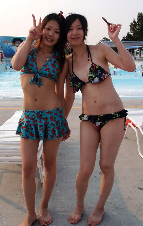 【素人水着エロ画像】素人娘たちの生々しい水着姿にズームイン!wwww 13