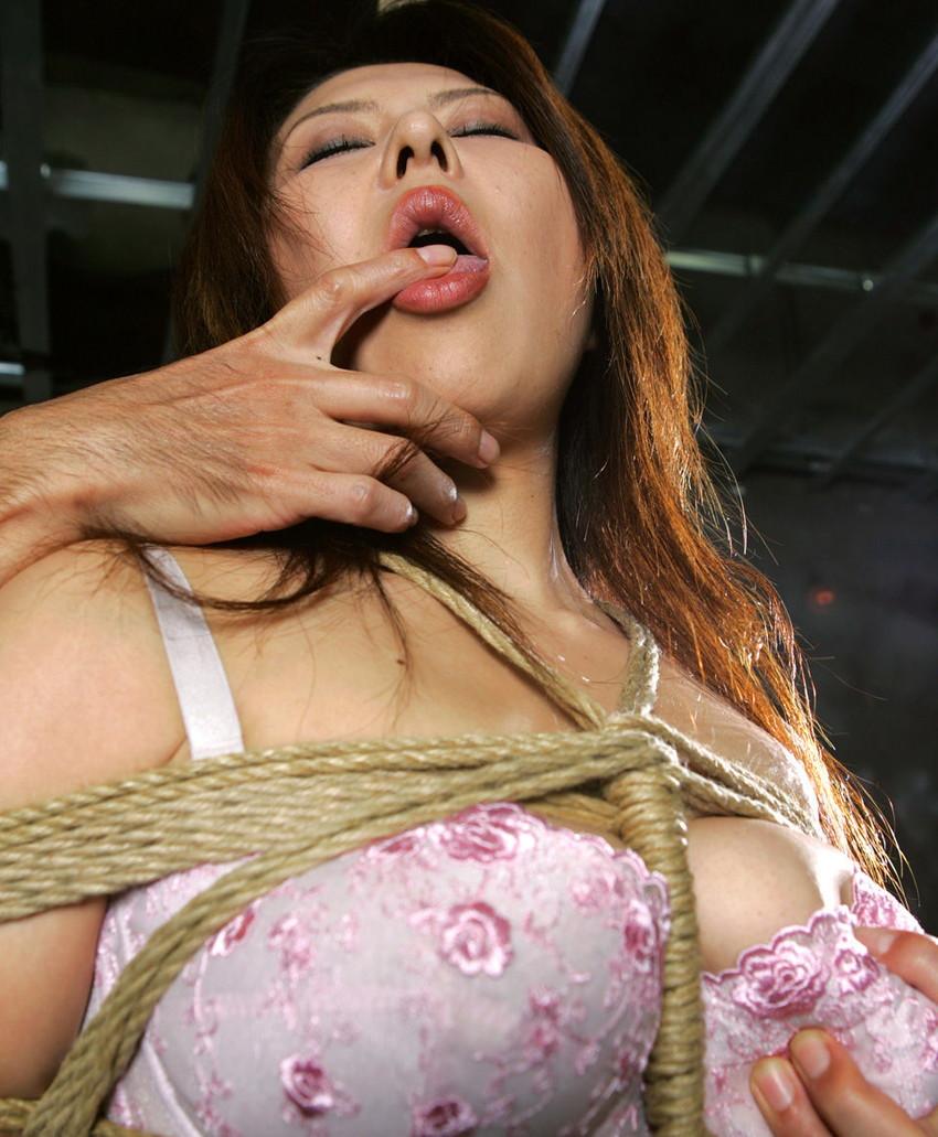 【拘束プレイエロ画像】拘束された女の子って男の欲望を刺激しまくりだよな! 09
