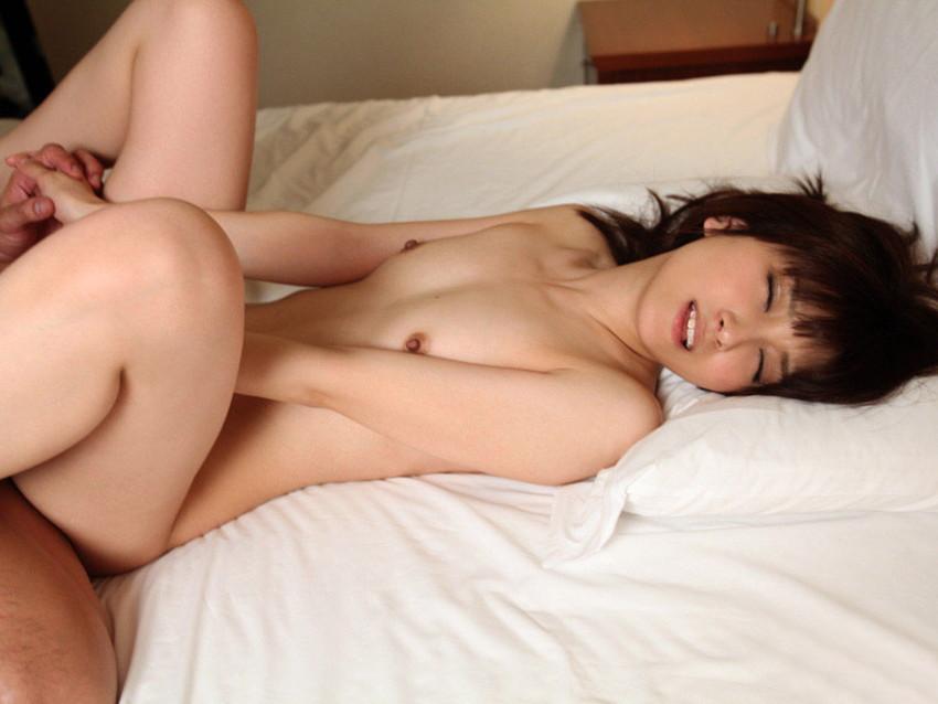 【正常位エロ画像】初めてセックスする相手だと先ずこの体位で試したくなるだろ? 46