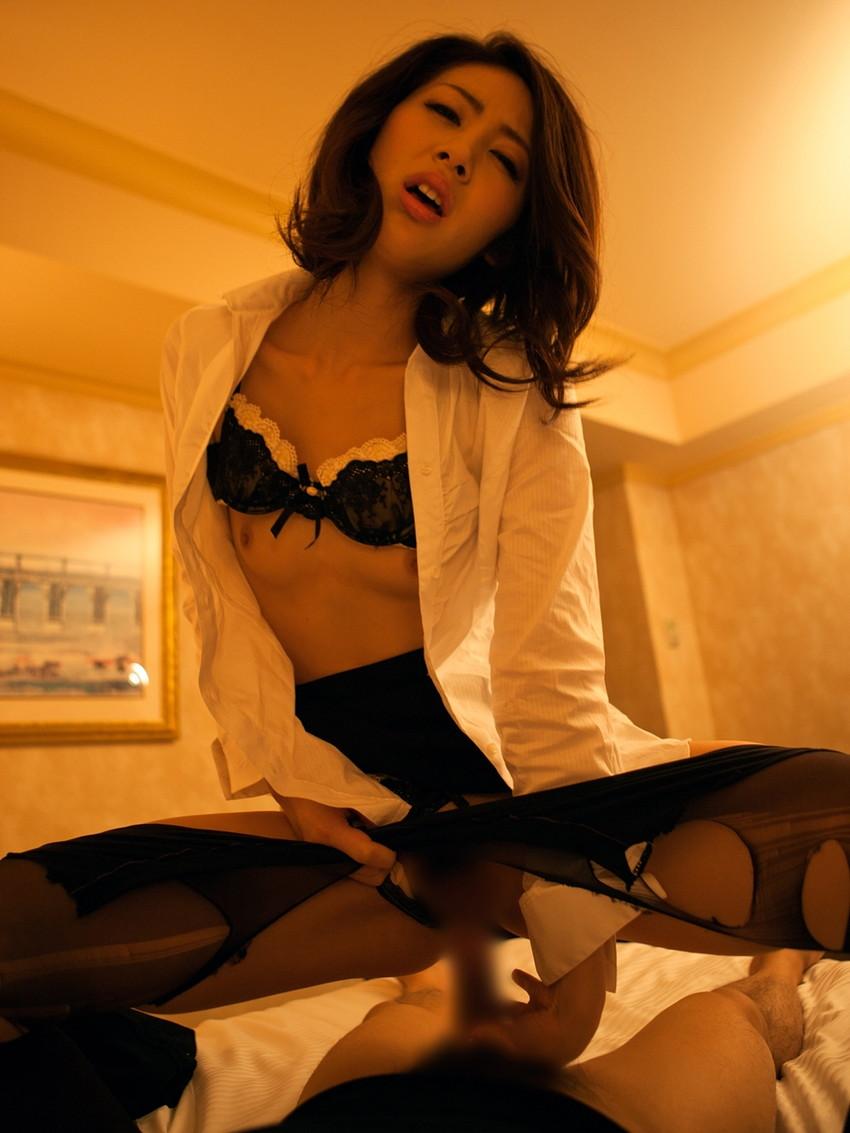【着衣セックスエロ画像】着衣の女の子たちを脱がせずにセックスするというやつ! 12
