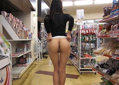 生尻を店内露出するノーパン変態素人画像