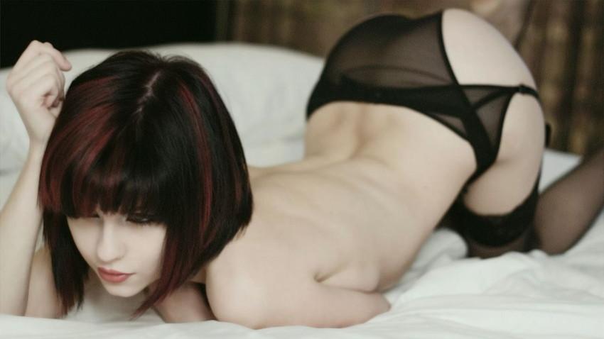 【白人エロ画像】透き通るような真っ白な肌とピンク色の乳首が強烈!白人ヌード! 33