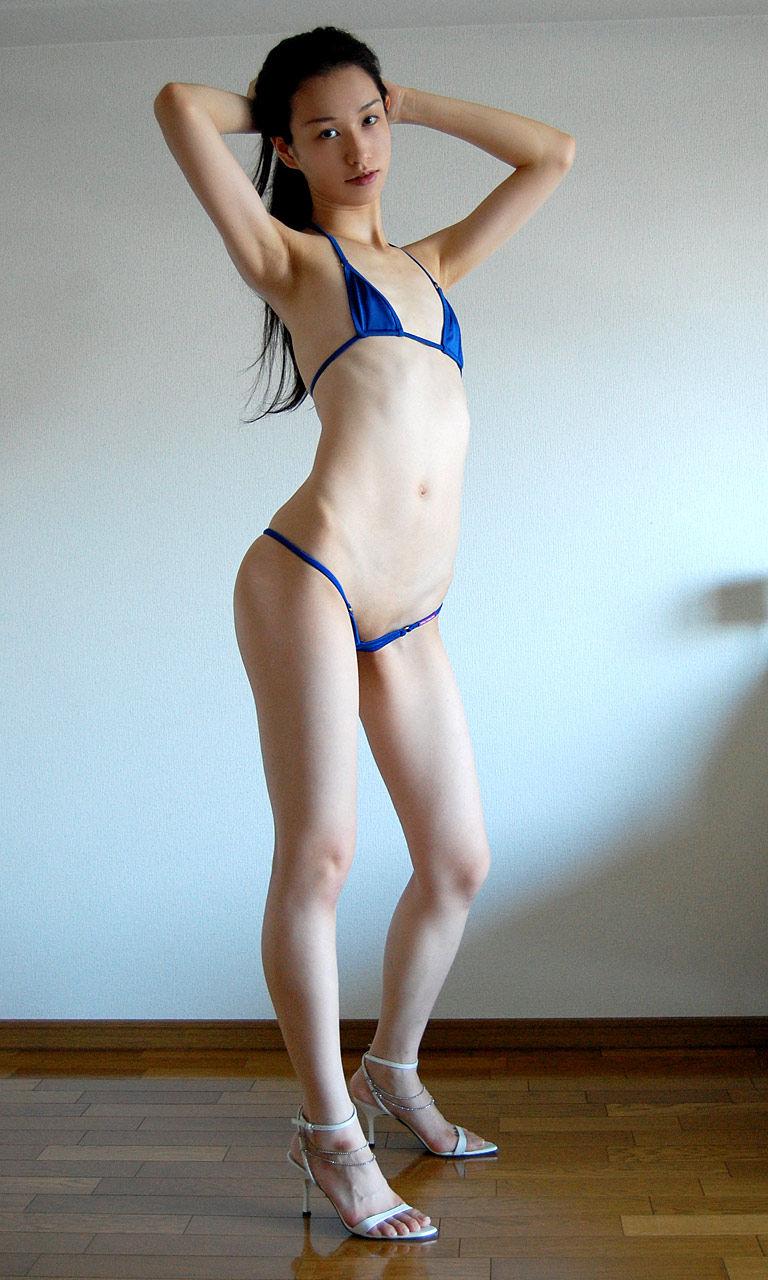 【マイクロビキニエロ画像】こんな紐みたいな水着!人前に着るなんて卑猥すぎるだろ! 32