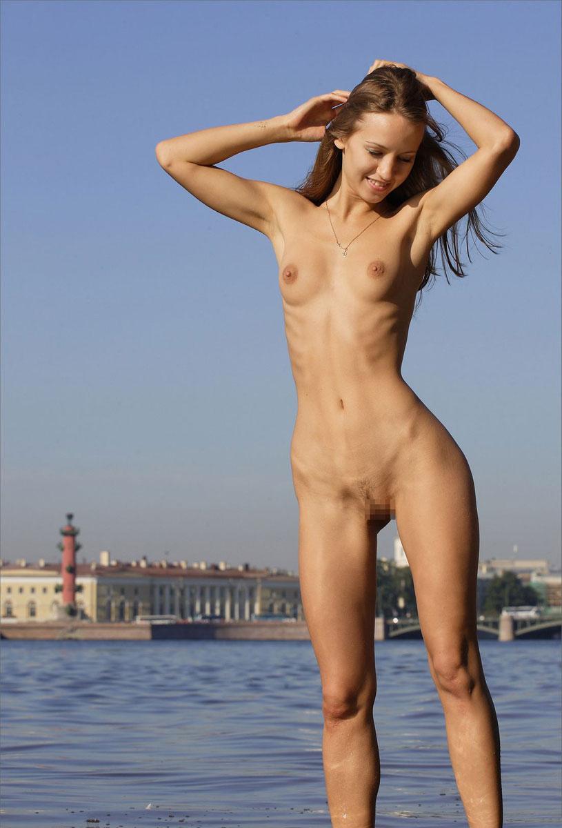 【海外野外露出エロ画像】海外の女の子たちの真っ白な肌が映える!野外ヌード! 04