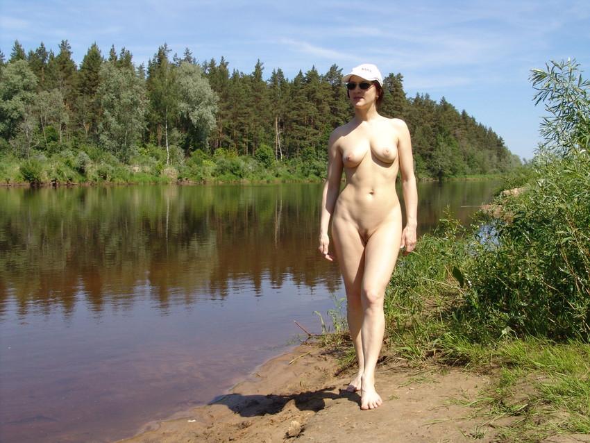 【海外野外露出エロ画像】海外の女の子たちの真っ白な肌が映える!野外ヌード! 17