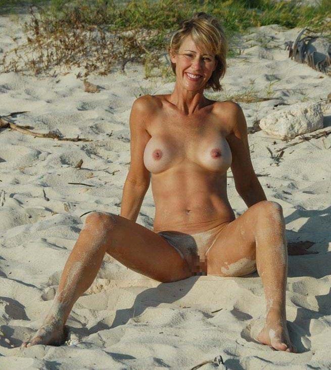 【海外野外露出エロ画像】海外の女の子たちの真っ白な肌が映える!野外ヌード! 23