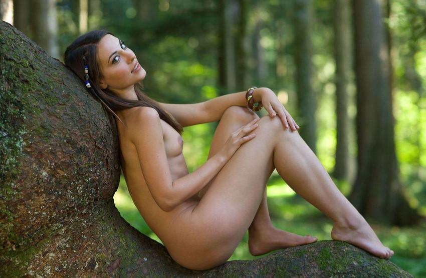 【海外野外露出エロ画像】海外の女の子たちの真っ白な肌が映える!野外ヌード! 32